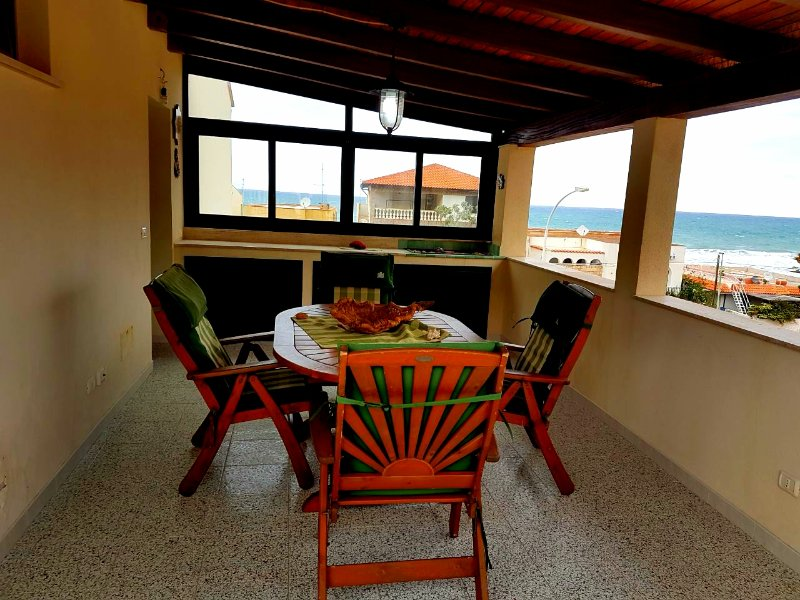 A stone's throw from the beach, comfortable apartment cin all comforts.