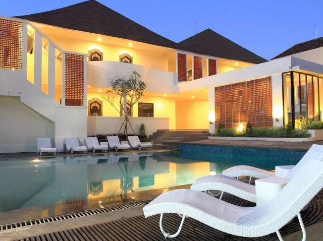 Heart of Kuta, 2 Pools, Breakfast,  5 mins walk to beach!!, holiday rental in Kuta