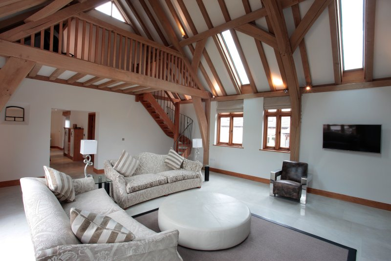 Horsham-stunning 4 bedroom Barn -Farm setting- near South Lodge Hotel, vacation rental in Mannings Heath