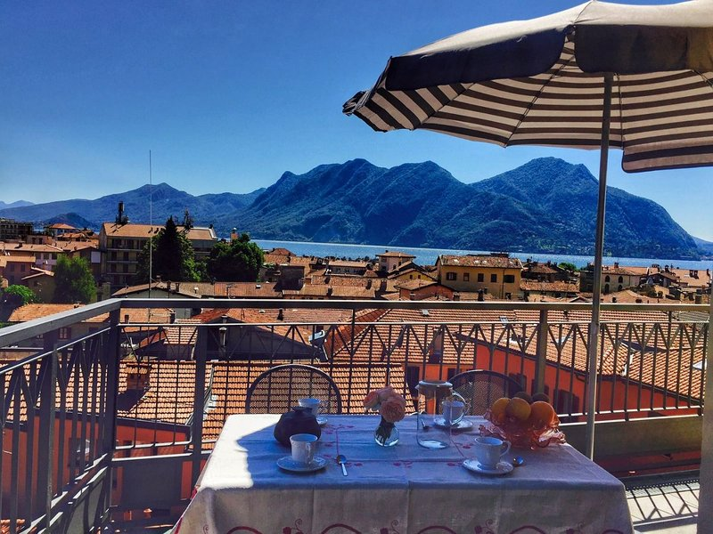 Lisetta apartament with terrace lake view in Verbania Intra center, aluguéis de temporada em Intra
