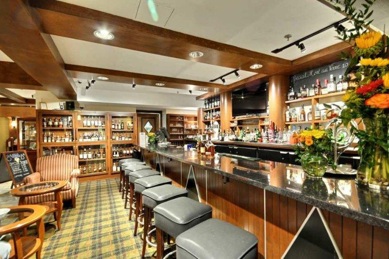Bar de serviço completo perto da área do lobby