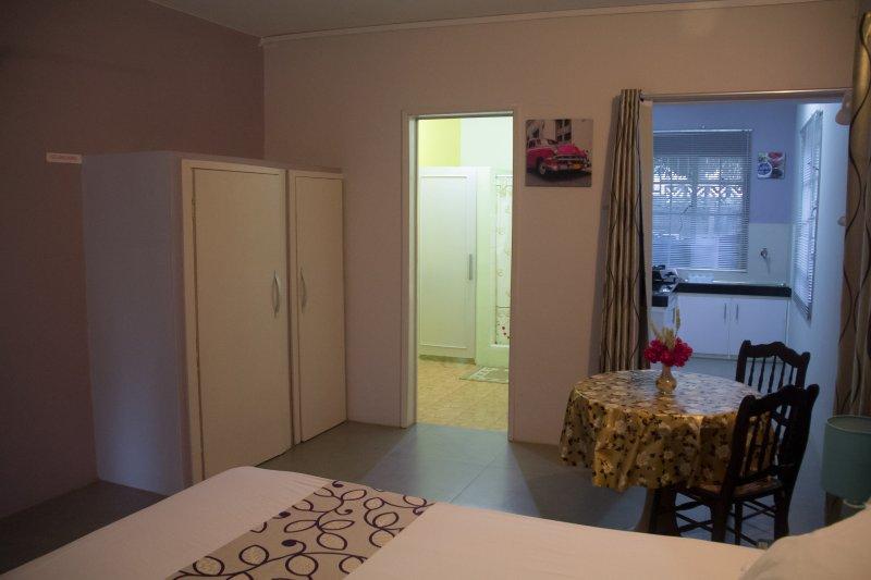 Hibiscus, private Villa , 1 min beach, garden view, aluguéis de temporada em Flic En Flac