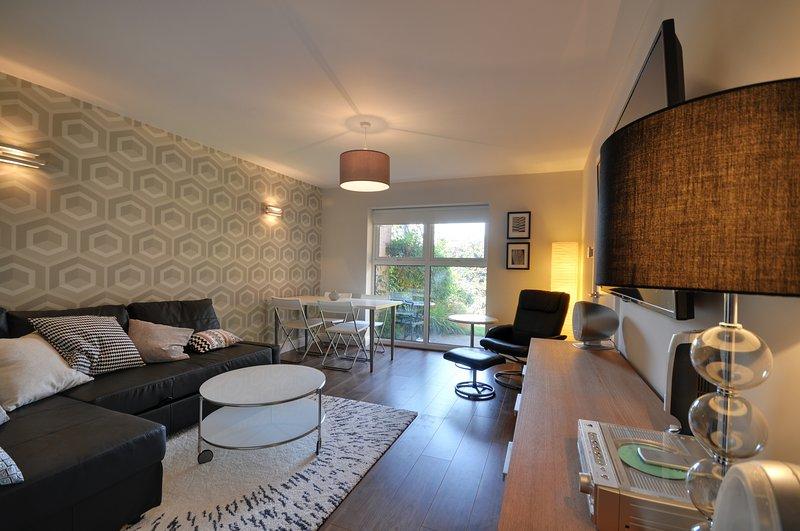 Stylising sala com sofá-cama, sala de jantar e Streaming TV Internet