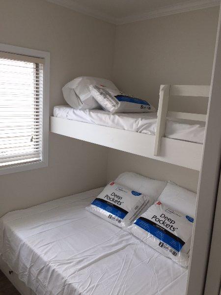 C12,  2 Bed Room Cabin, 1 of 12 Tiny Homes on Lake Norman, casa vacanza a Catawba