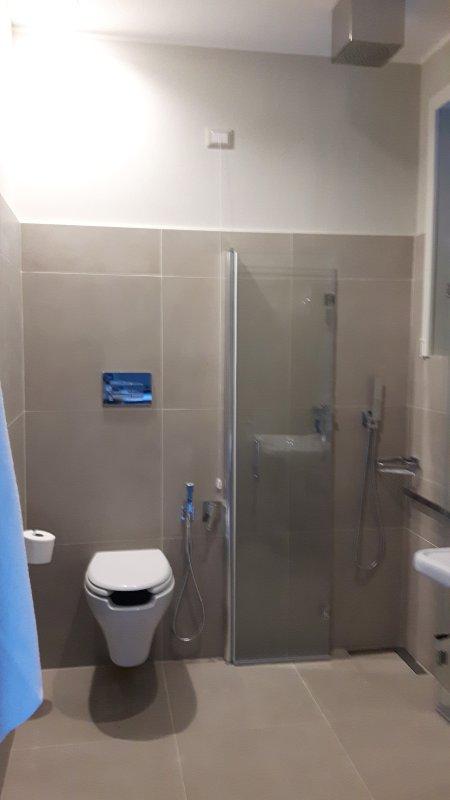 El cuarto de baño con ducha accesible para sillas de ruedas