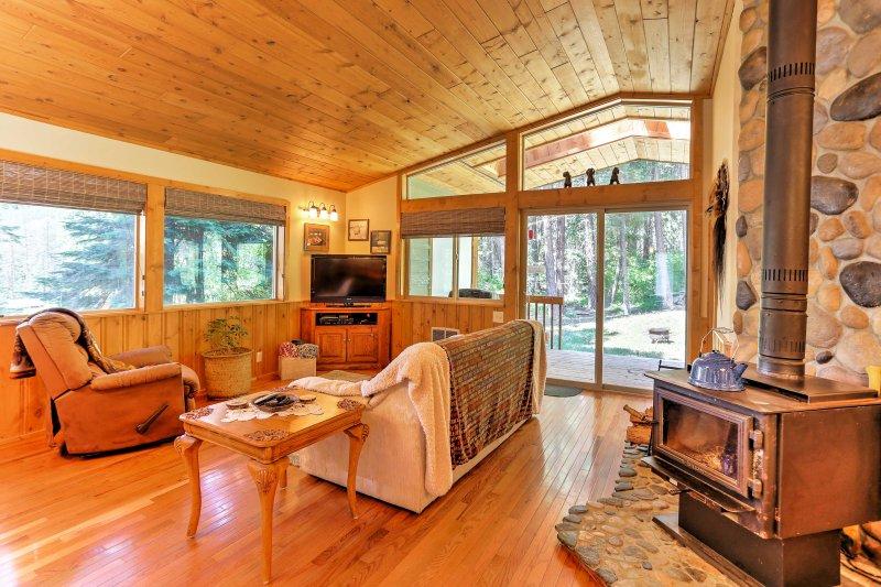 La superbe demeure de style chalet plafond de pin et de pin garniture tout au long, avec un poêle à bois monté un cadre magnifique pierre de rivière.