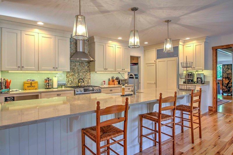 Qualquer chef irá maravilhar-se com elegante cozinha da casa moderna, totalmente equipada.