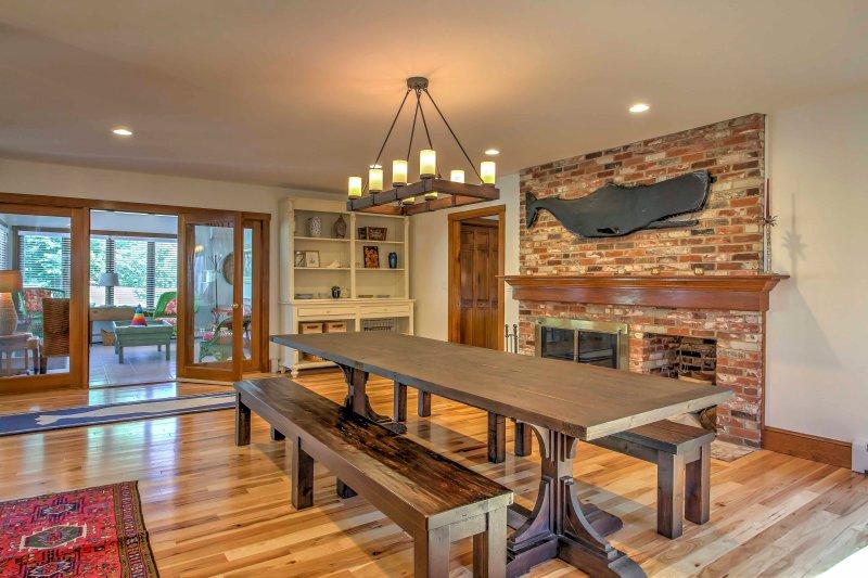 Desfrute de pequeno-almoço, almoço ou jantar na mesa de madeira lindo durante o aquecimento em frente à lareira a lenha.
