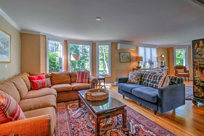 Adornada com chique, praia decoração eclética, esta casa é elegante e confortável.
