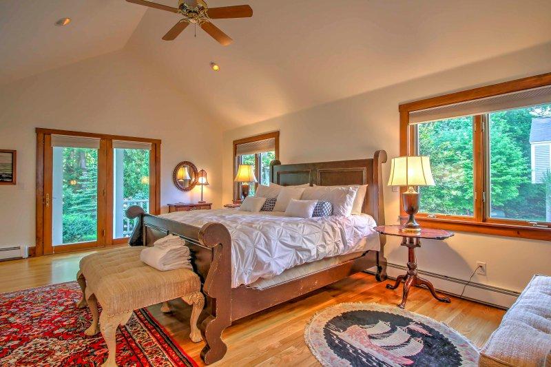 O quarto principal tem uma cama king size, o acesso a uma das múltiplas varandas, e uma espaçosa casa de banho.