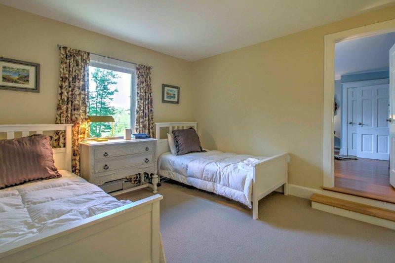Irmãos ou amigos vão adorar partilhar este quarto com 2 camas individuais.