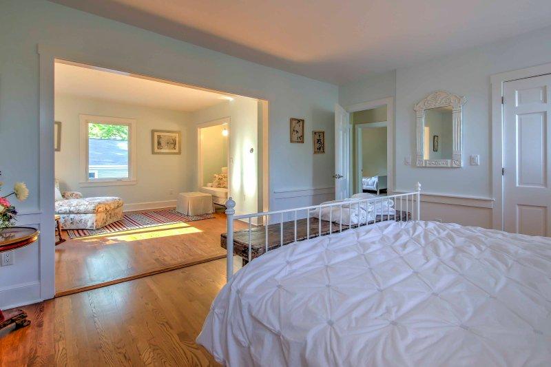 Este quarto espaçoso dispõe de uma sala de estar linda que recebe uma abundância de luz natural.