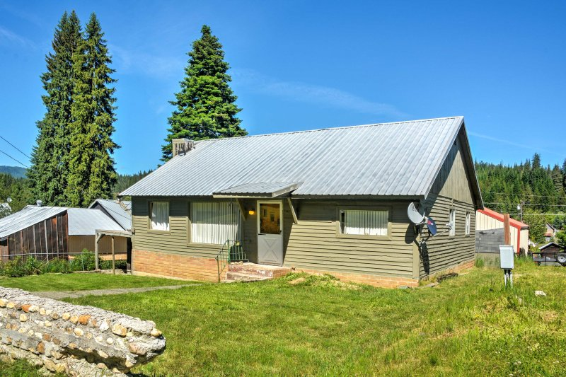 This cozy vacation rental house in Pierce is ideal for outdoor enthusiasts.