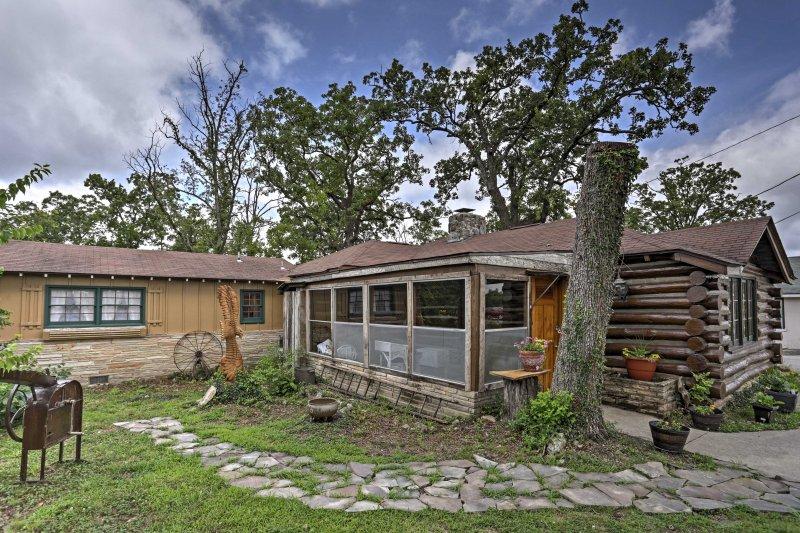 La bella cabina dispone di arredi d'epoca e arredi in legno in tutto.
