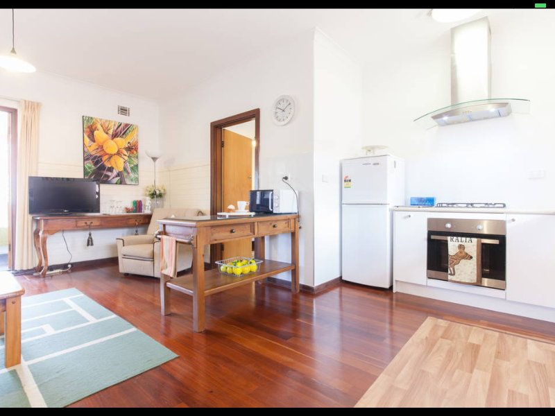 B8 Broadway - Close to UWA,  Perth CBD,  Hollywood & SCGH walk to the Swan River, holiday rental in Winthrop
