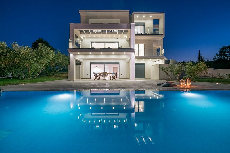 Bianca 5-Bedroom Luxurious Villa with Private Pool, holiday rental in Zakynthos Town