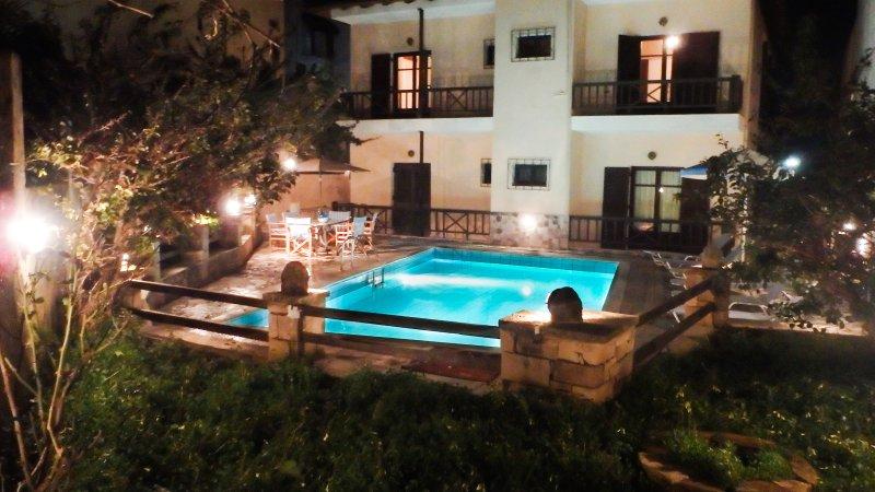 Rousospiti Two Level Villa, aluguéis de temporada em Roussospiti