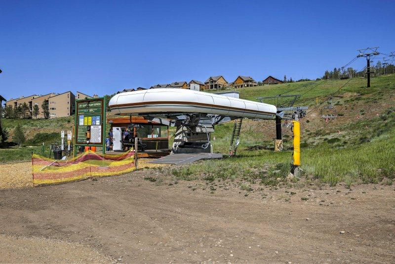 Este teleférico fica à direita da sua propriedade, proporcionando fácil acesso às pistas.