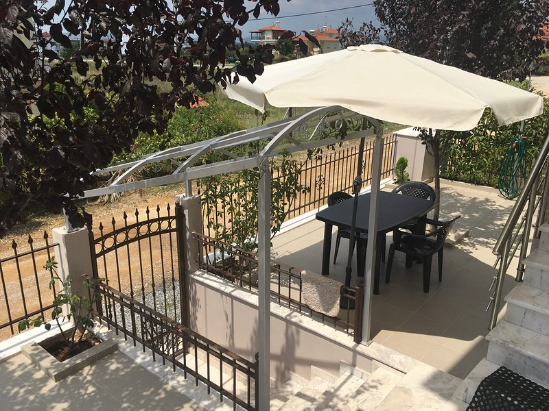 BIG OUT DOOR TABLE WITH UMBRELLA