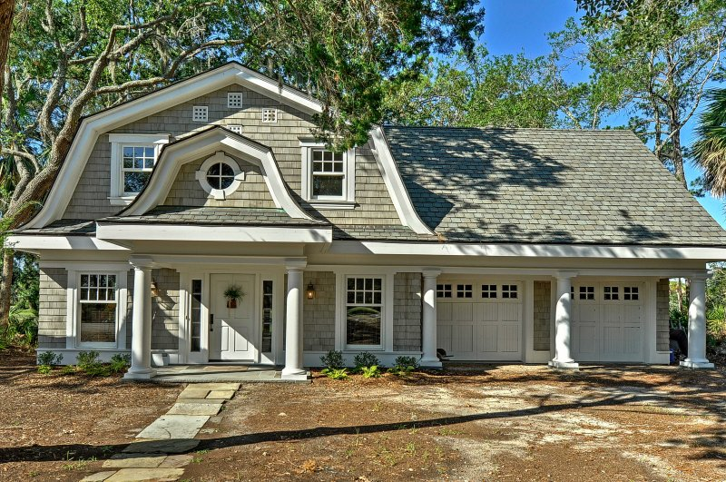 This lovely Hilton Head vacation rental cottage in the renowned Sea Pines Resort offers a secluded getaway for your next outdoors vacation!
