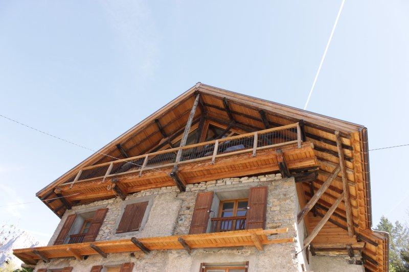 Appartement dans une maison de pays exposé plein Sud, vacation rental in Freissinieres