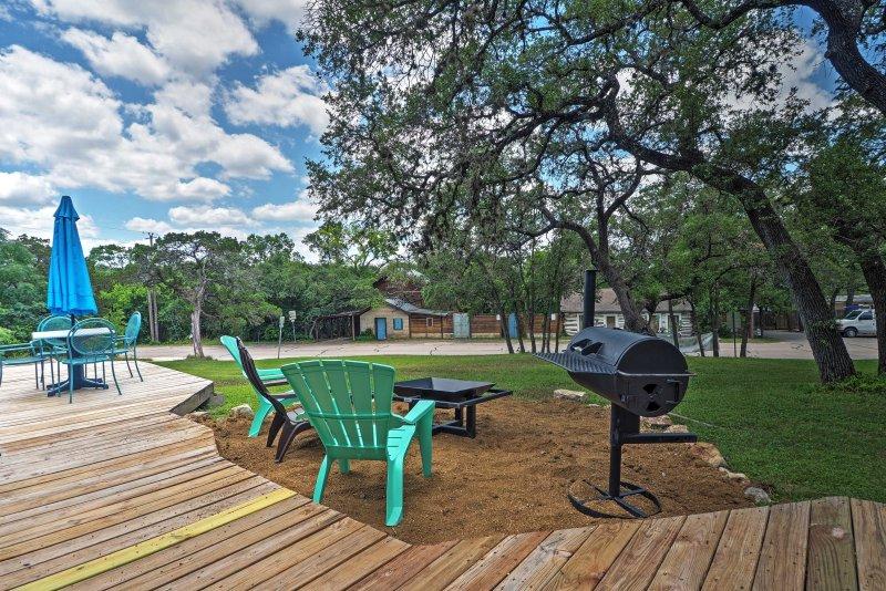A casa dispõe de um deck mobiliado e um gramado espaçoso com churrasqueira.