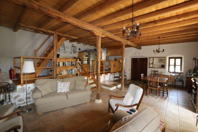 salone open space, sala da pranzo e cucina. Cucina costruito in cima al vecchio torchio.