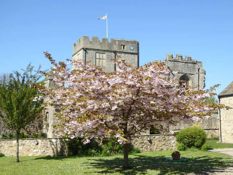 Patio de Snape Castle Mews y vista del castillo de Snape
