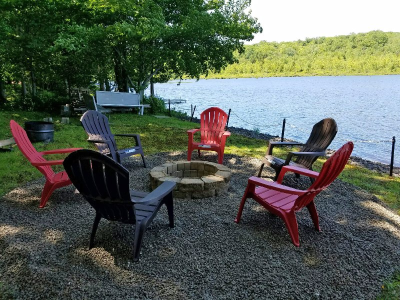 Country Lakefront Ski Cottage w/Pool Table, holiday rental in Pocono Mountains Region