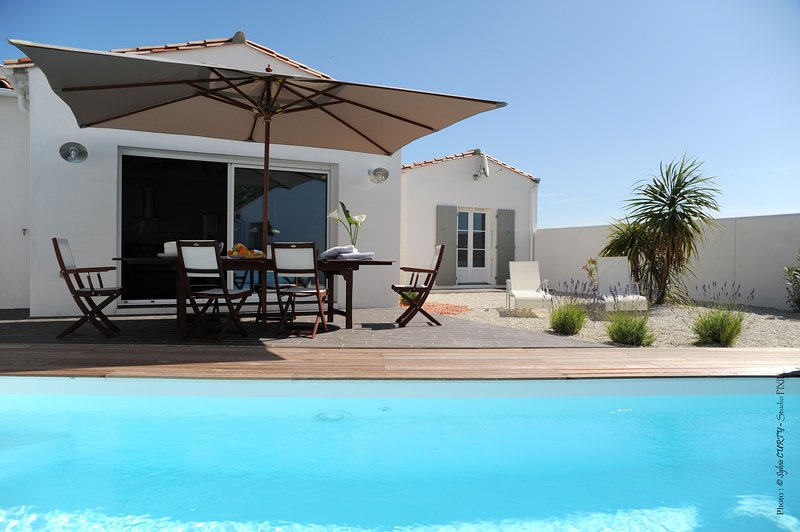 villa contemporaine avec piscine individuelle, holiday rental in La Flotte