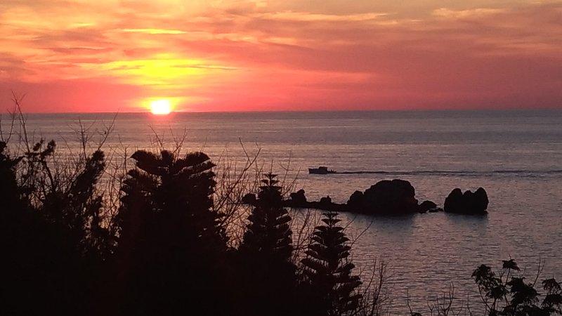 La vue magnifique de Pigeon Island au coucher du soleil depuis le salon.
