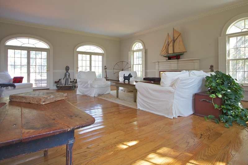 Great Room ... ruim met open haard. Ramen met uitzicht op het zwembad en 10 acre voortuin.