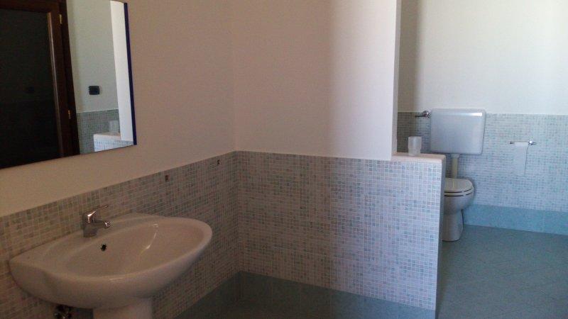 casa vacanze di lusso, completamente nuova, ottima posizione, 10 km Gallipoli, aluguéis de temporada em Matino
