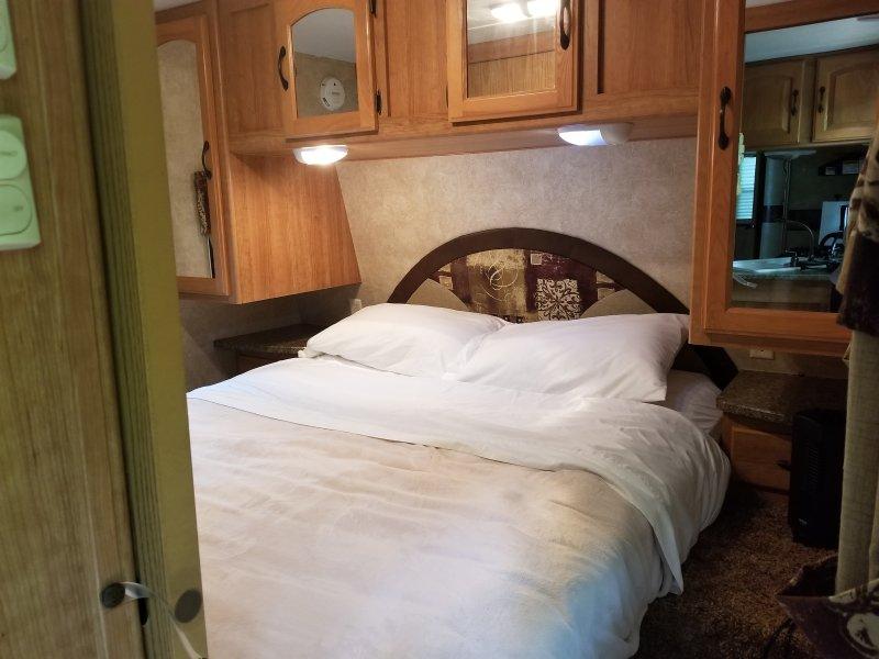 quarto privado que acomoda 2 com bastante espaço no armário para as suas roupas
