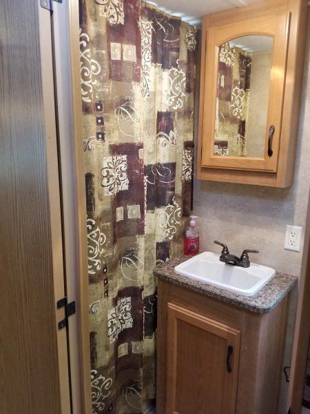 Casa de banho completa com chuveiro e banheira