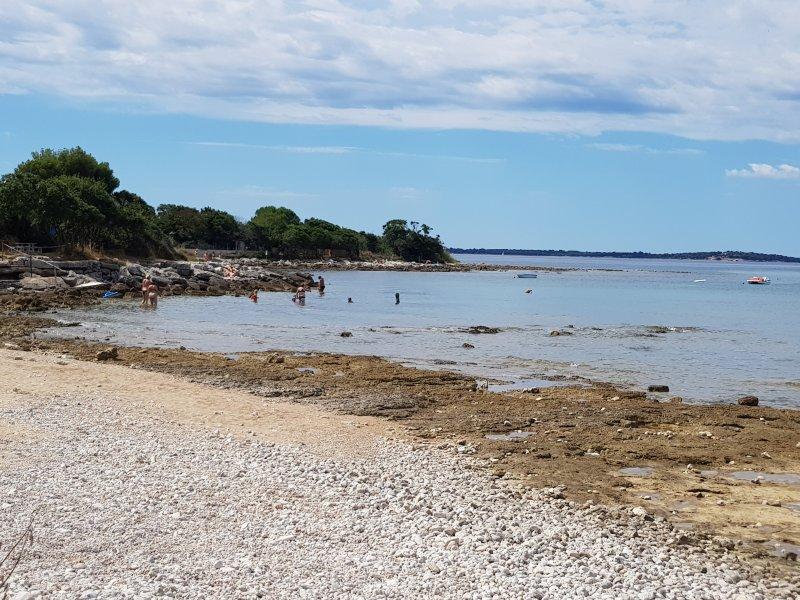 Villa Enjoy by the pebble beach, location de vacances à Peroj
