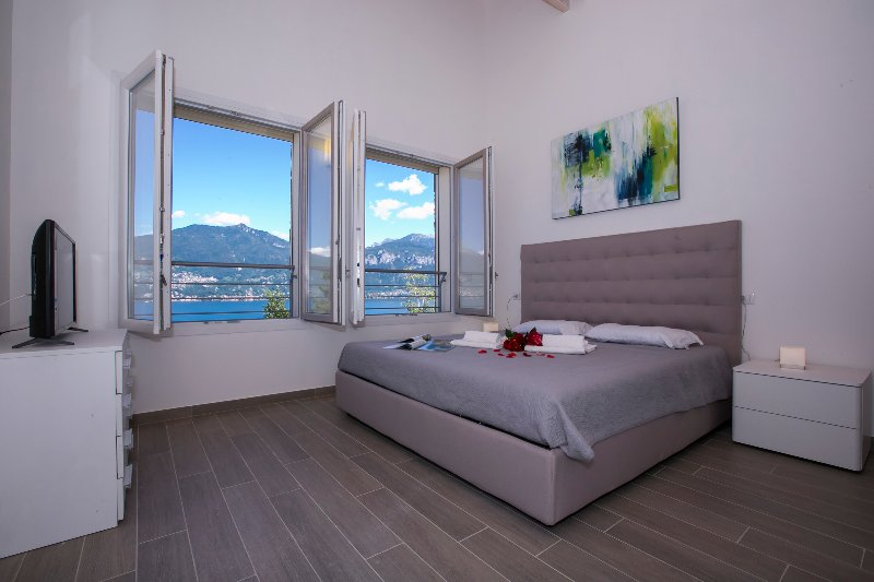 Bedroom 1 double bed 1 with view of the lake