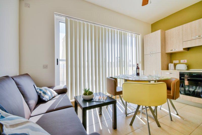 Sunny and centrally located Gzira penthouse, aluguéis de temporada em Il Gzira
