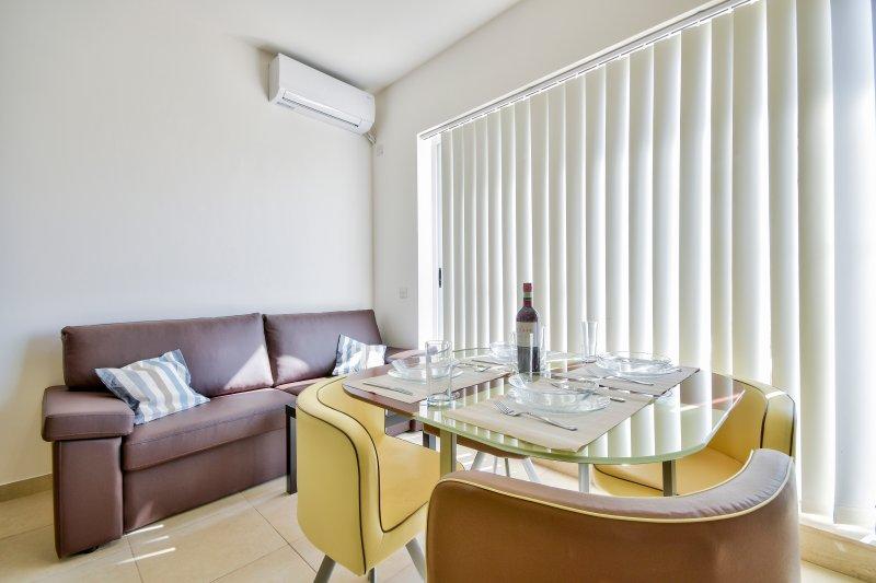 Off the Strand Gzira 2-bedroom Penthouse, aluguéis de temporada em Il Gzira