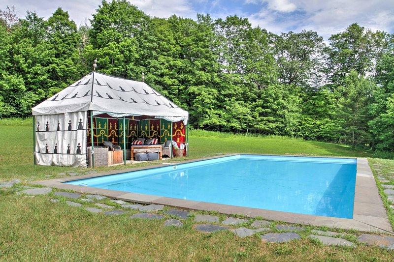Refrescarse en los días calurosos en la piscina privada.