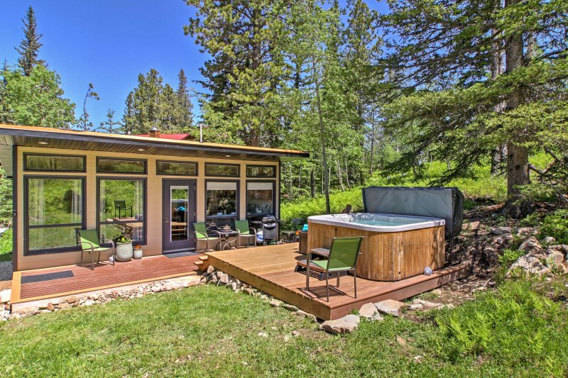 Escape to nature and book 'Deep Snow,' a charming Lead vacation rental cabin!