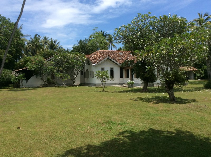 Atmospheric colonial villa amongst coconut palms, casa vacanza a Naula