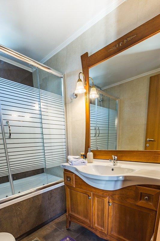 Cuarto de baño con bañera situada en el primer piso!