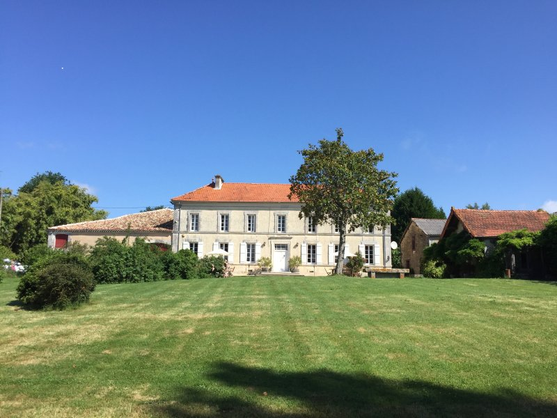Maison De La Vaure: Historic Manor House near Bordeaux, France, holiday rental in Brie-sous-Chalais