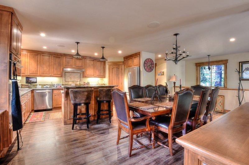 Vista da mesa de jantar e cozinha