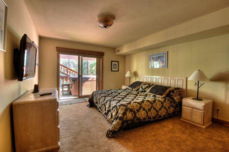 quarto de hóspedes primeira no térreo com uma cama king