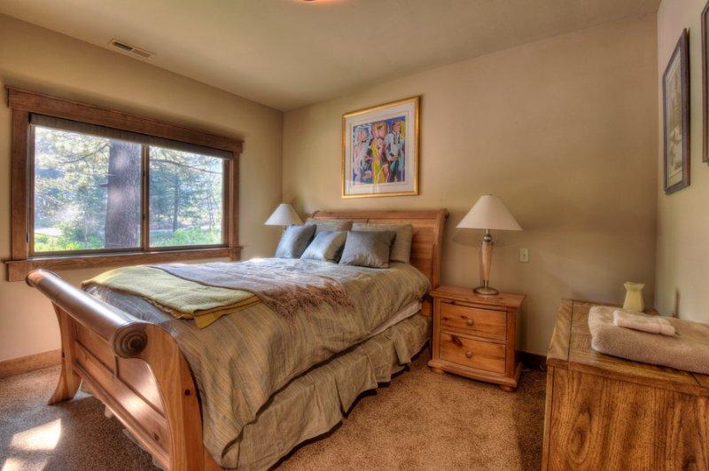 Segundo quarto de hóspedes com uma cama queen
