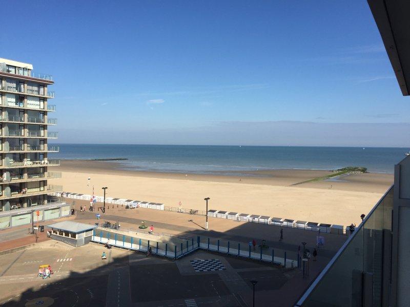 Vue imprenable sur la mer et la plage de sable blanc, terrasse très ensoleillée de 11h à 21h