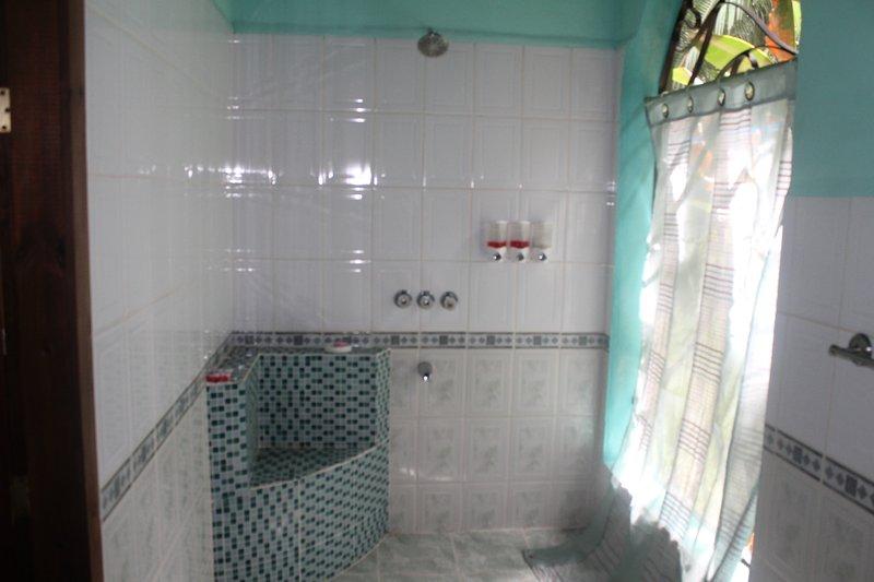 baño con un azulejo en la cabina Bougainvillea