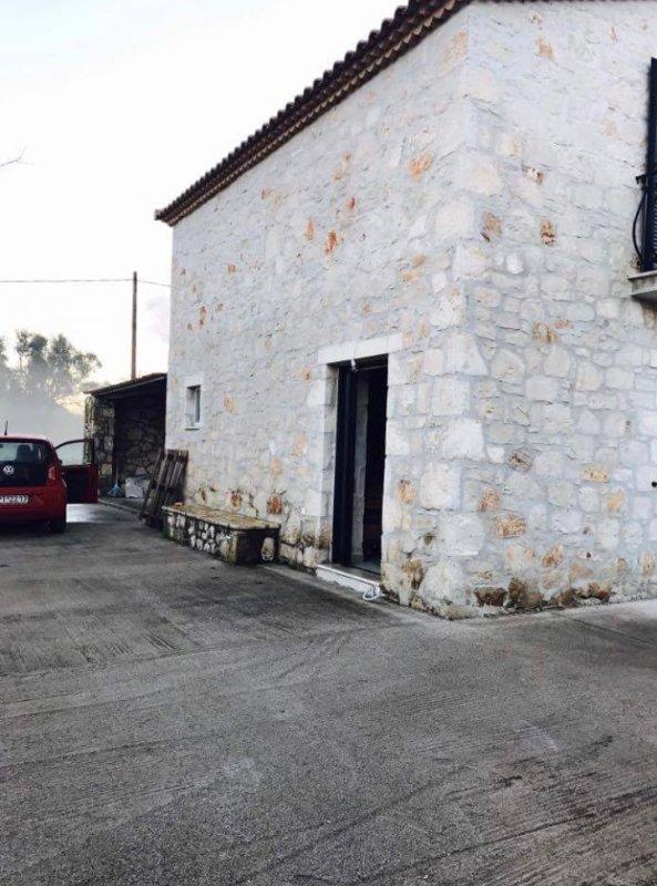 Sidovy av villa och garage
